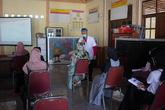Dokter Muda Unissula Sosialisasi Pencegahan Covid di Desa Binaan (2356)