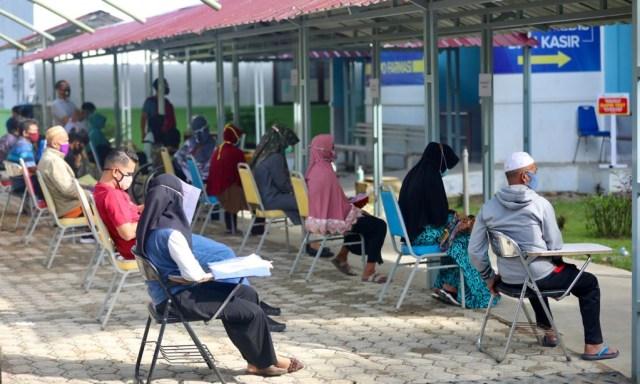 Foto: Ramai-ramai Antre Tes Swab COVID-19 di Aceh  (44681)