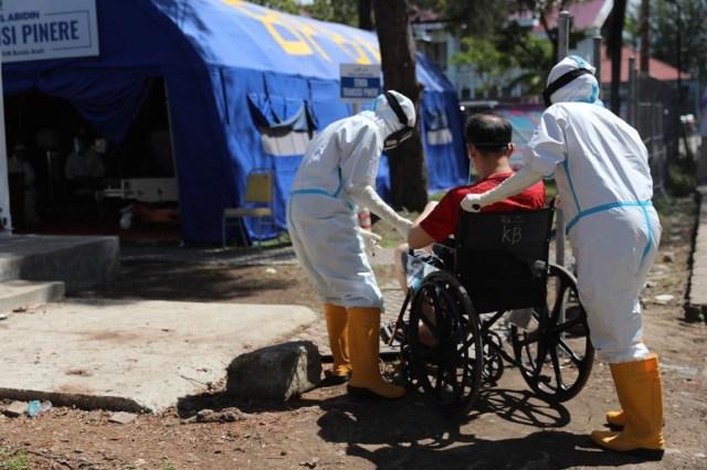 Foto: Ramai-ramai Antre Tes Swab COVID-19 di Aceh  (44685)