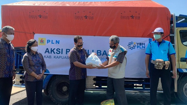 PLN Kalbar Kucurkan Dana Rp 280 Juta untuk Bantu Korban Banjir (67404)