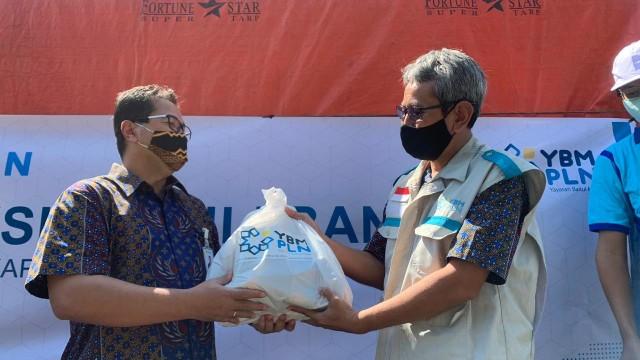 PLN Kalbar Kucurkan Dana Rp 280 Juta untuk Bantu Korban Banjir (67405)
