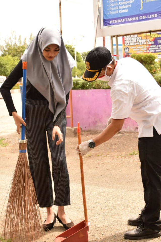 Cewek Ini Disuruh Menyapu Jalan, Langgar Protokol Kesehatan di Banda Aceh  (222153)