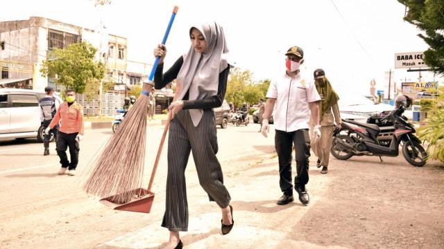 Cewek Ini Disuruh Menyapu Jalan, Langgar Protokol Kesehatan di Banda Aceh  (222154)