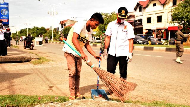 Cewek Ini Disuruh Menyapu Jalan, Langgar Protokol Kesehatan di Banda Aceh  (222155)