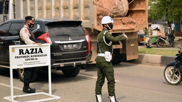 Cewek Ini Disuruh Menyapu Jalan, Langgar Protokol Kesehatan di Banda Aceh  (222156)