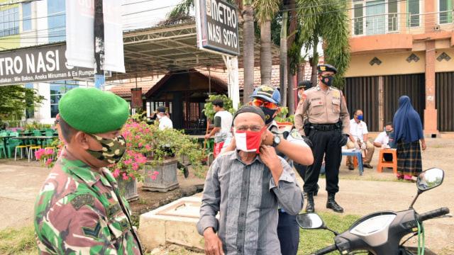 Cewek Ini Disuruh Menyapu Jalan, Langgar Protokol Kesehatan di Banda Aceh  (222157)