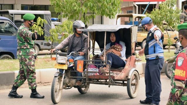 Cewek Ini Disuruh Menyapu Jalan, Langgar Protokol Kesehatan di Banda Aceh  (222158)