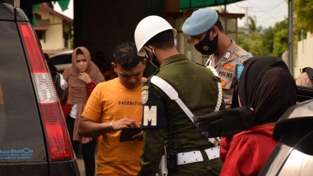Cewek Ini Disuruh Menyapu Jalan, Langgar Protokol Kesehatan di Banda Aceh  (222161)