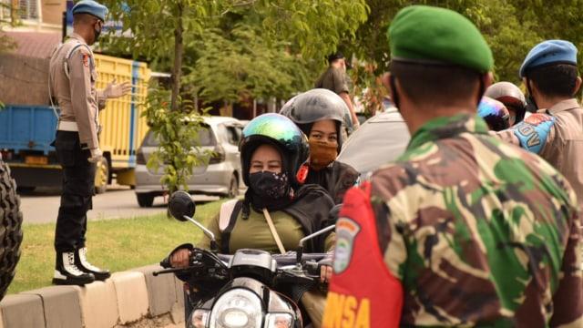 Cewek Ini Disuruh Menyapu Jalan, Langgar Protokol Kesehatan di Banda Aceh  (222162)