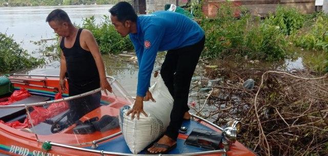 Dinsos Sintang Salurkan 500 Kg Beras untuk Korban Banjir di Kecamatan Dedai (651900)