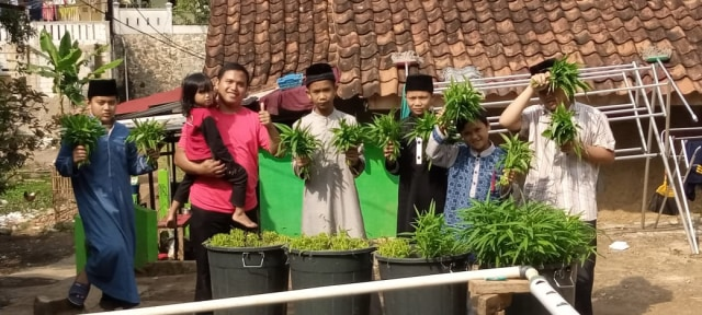 Para Santri Rumah Quran Desa Berdaya Bojong Panen Kangkung (30793)