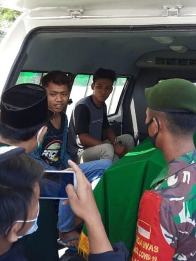 Tidak Pakai Masker, Warga di Tangerang Masuk Mobil Jenazah hingga Push Up (57199)