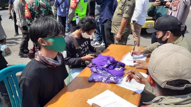 Tidak Pakai Masker, Warga di Tangerang Masuk Mobil Jenazah hingga Push Up (57198)