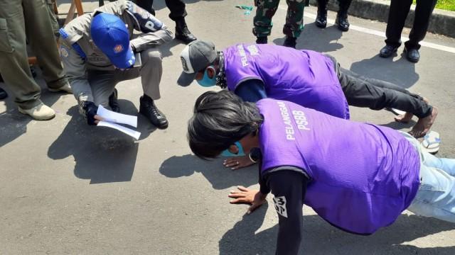 Tidak Pakai Masker, Warga di Tangerang Masuk Mobil Jenazah hingga Push Up (57200)