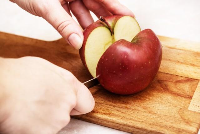 Tips Praktis Memotong Apel Tanpa Kehilangan Banyak Daging Buahnya (29607)