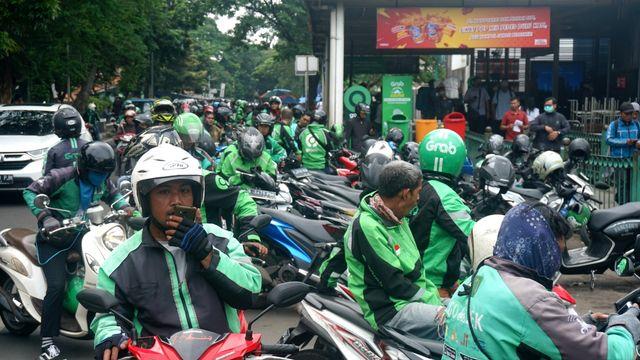 Dilema Hidup, Berjam-jam Driver Ojol Tunggu Orderan Baru Dapat Pas Lagi BAB (49349)