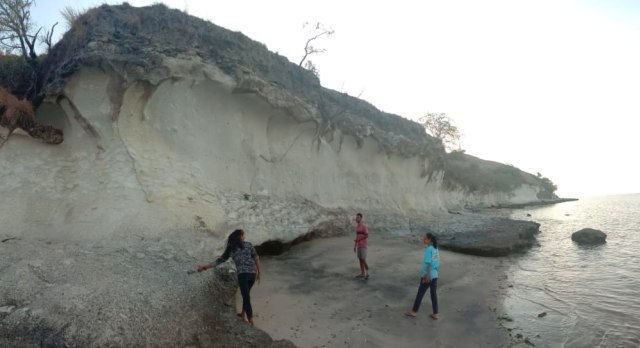 Pesona Pantai Kota Jogo di Nagekeo, NTT, yang Dikelilingi Tebing Batuan Karst (21795)
