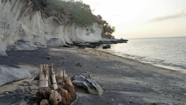 Pesona Pantai Kota Jogo di Nagekeo, NTT, yang Dikelilingi Tebing Batuan Karst (21796)