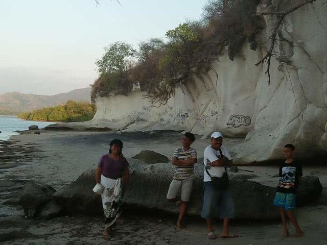 Pesona Pantai Kota Jogo di Nagekeo, NTT, yang Dikelilingi Tebing Batuan Karst (21797)