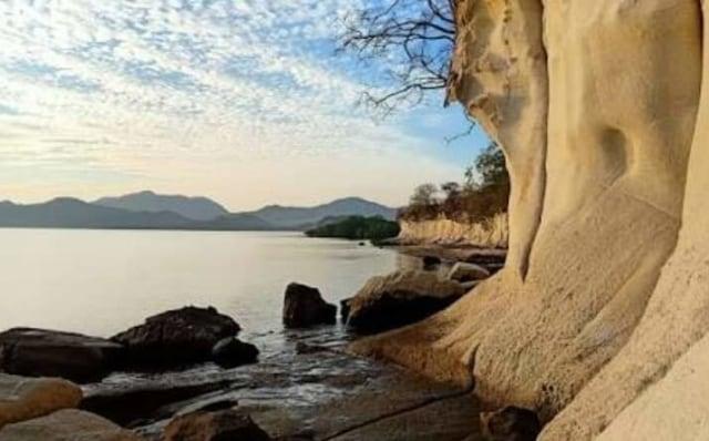 Pesona Pantai Kota Jogo di Nagekeo, NTT, yang Dikelilingi Tebing Batuan Karst (21798)