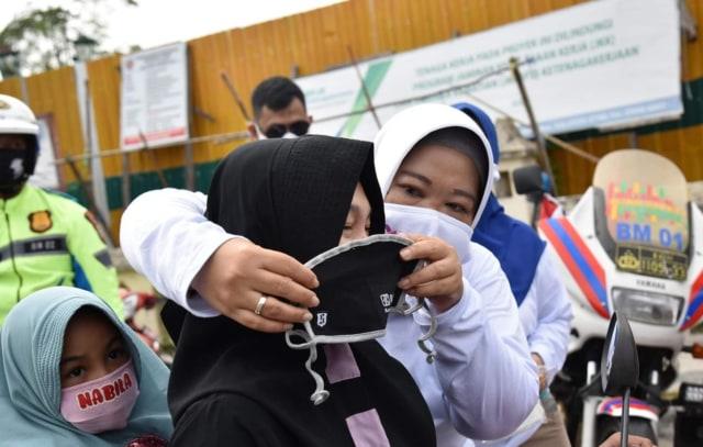 Peringati Harhubnas 2020, Bupati Nurhidayah Bagi-Bagi Makser Kepada Pengendara (57763)