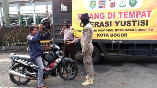 Operasi Yustisi di Bogor, Sanksi Bersihkan Jalan hingga Hormat Bendera (19970)
