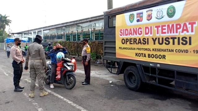Operasi Yustisi di Bogor, Sanksi Bersihkan Jalan hingga Hormat Bendera (19969)
