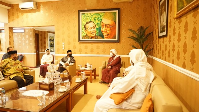 Ditemani Sang Ayah, Syekh Ali Jaber Berkunjung ke Kediaman Mahfud MD (13668)