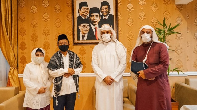 Ditemani Sang Ayah, Syekh Ali Jaber Berkunjung ke Kediaman Mahfud MD (13666)
