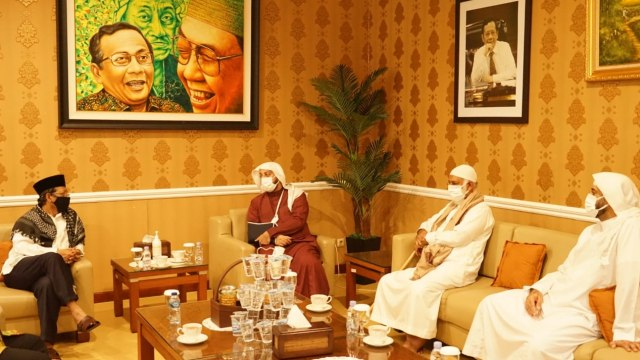 Ditemani Sang Ayah, Syekh Ali Jaber Berkunjung ke Kediaman Mahfud MD (13665)
