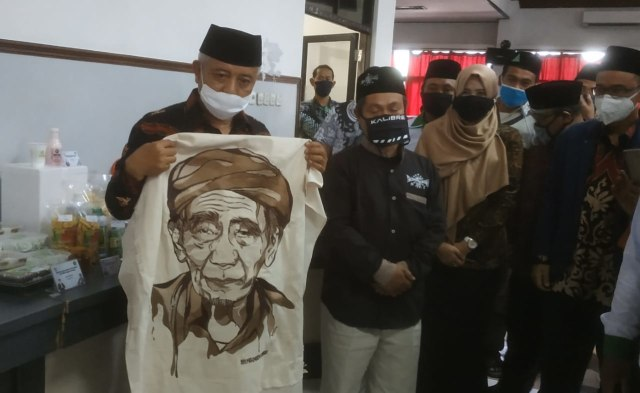 Bupati Malang 'Tebas' Lukisan Bordir Berwajah Mbah Moen (20886)