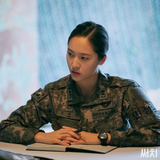 Krystal Bicara soal Perannya Jadi Tentara di Drama Korea 'Search' (17835)