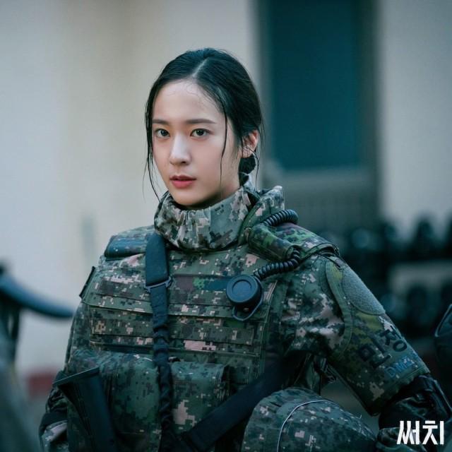 Krystal Bicara soal Perannya Jadi Tentara di Drama Korea 'Search' (17837)