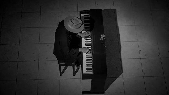 Sedih, Single Baru Sandy Canester yang Unik dengan Balutan Nuansa Piano (41226)
