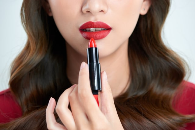 5 Cara Jitu Agar Lipstik Tidak Menempel di Gigi (65476)