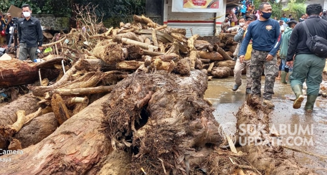 Banyak Batang Pohon di Lokasi Banjir Bandang Cicurug Sukabumi (31122)