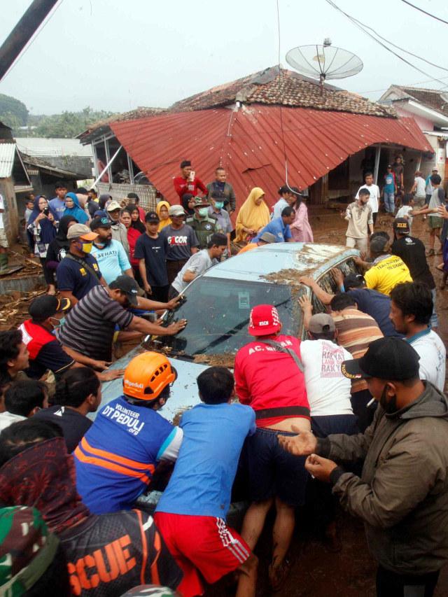 Foto: Kerusakan Parah Akibat Banjir Bandang di Cicurug, Sukabumi  (8063)