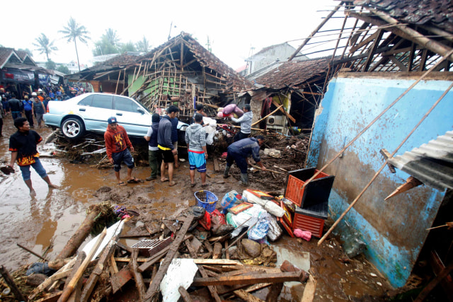 Foto: Kerusakan Parah Akibat Banjir Bandang di Cicurug, Sukabumi  (8064)