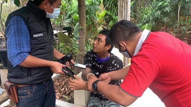 Pemuda Pacaran di Pinggir Jalan Mesti Waspada, Ada Pencuri HP Berkeliaran (70557)