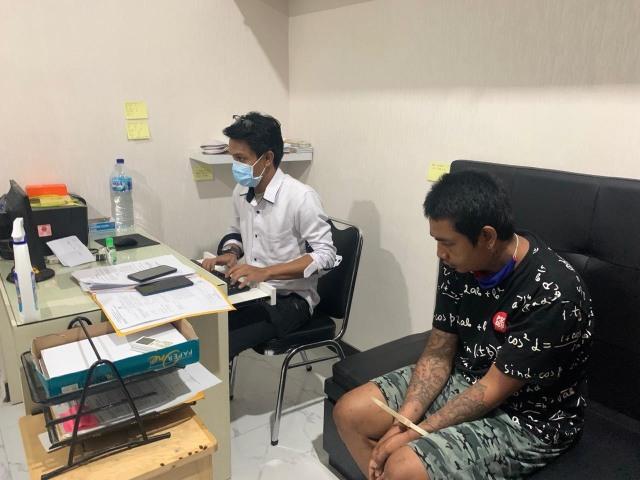 Pemuda Pacaran di Pinggir Jalan Mesti Waspada, Ada Pencuri HP Berkeliaran (70558)