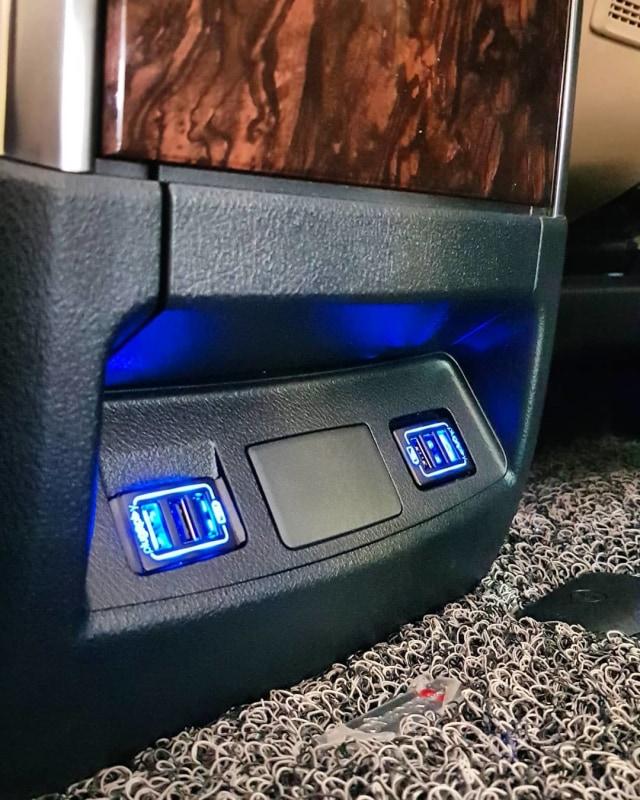 Demam Pasang Slot USB Fast Charging di Kabin Mobil, Berapa Ongkosnya? (14523)