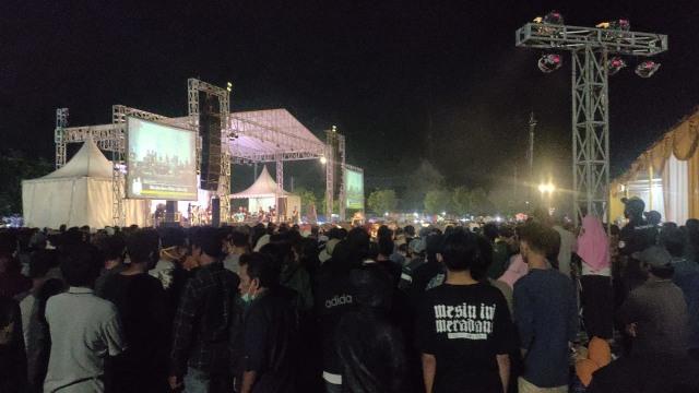Ribuan Warga Hadiri Acara Dangdut yang Digelar Wakil Ketua DPRD Kota Tegal  (551808)