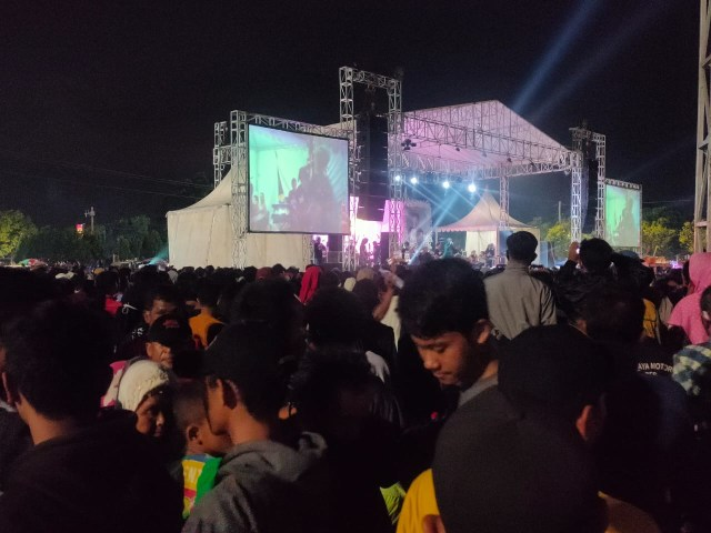 Ribuan Warga Hadiri Acara Dangdut yang Digelar Wakil Ketua DPRD Kota Tegal  (568294)