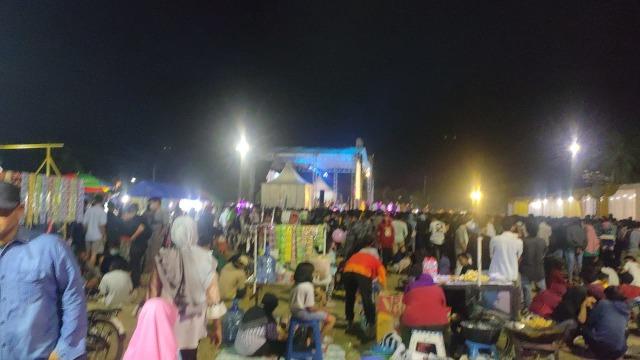 Ribuan Warga Hadiri Acara Dangdut yang Digelar Wakil Ketua DPRD Kota Tegal  (568295)