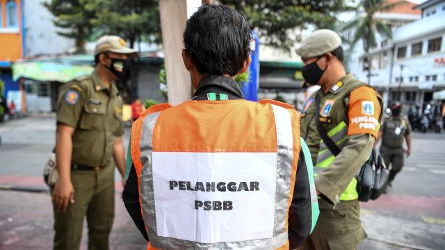 Foto: Potret Pelanggar PSBB di Kawasan Kota Tua Jakarta (404330)