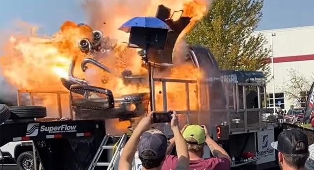 Terekam Kamera, Mesin Mobil Ini Meledak Saat Sedang Dites  (106096)