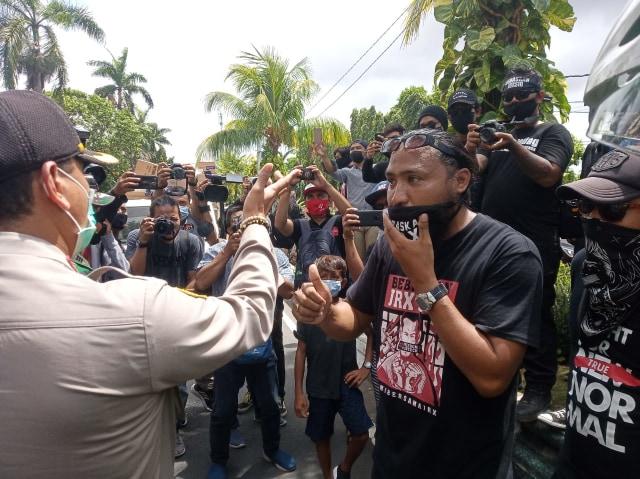Aksi Bebaskan Jerinx di Depan PN Denpasar Dibubarkan Aparat (407720)
