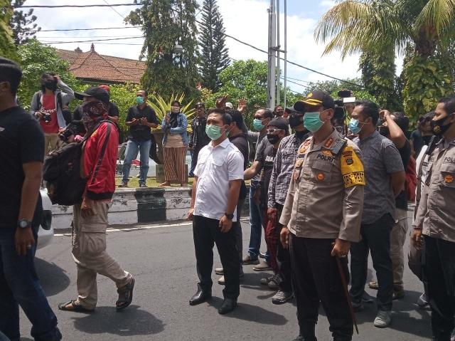 Aksi Bebaskan Jerinx di Depan PN Denpasar Dibubarkan Aparat (407721)