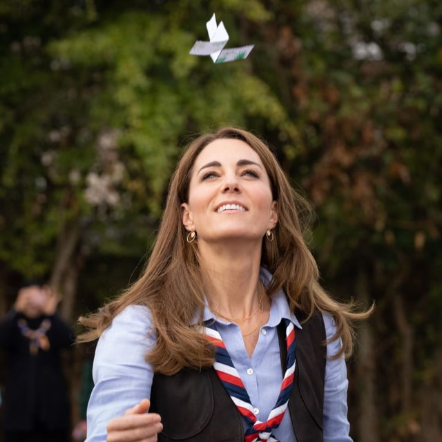 Ikut Kegiatan Pramuka, Kate Middleton Bergaya Kasual dengan Rompi & Syal (37565)