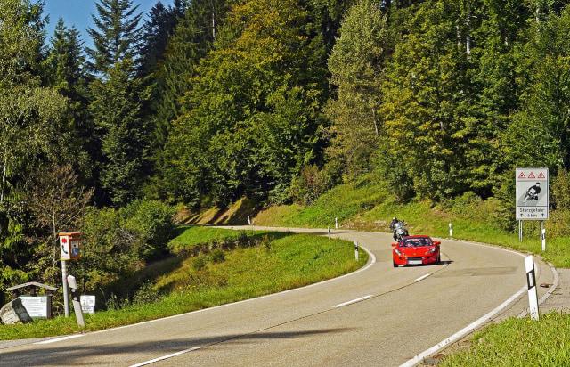 3 Teknik Mengemudi Mobil Manual di Jalan Turunan Yang Harus Kamu Ketahui  (120539)
